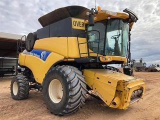 2011 New Holland CR9080 & 40ft Macdon Front Harvester (Grain) (SA) Photo